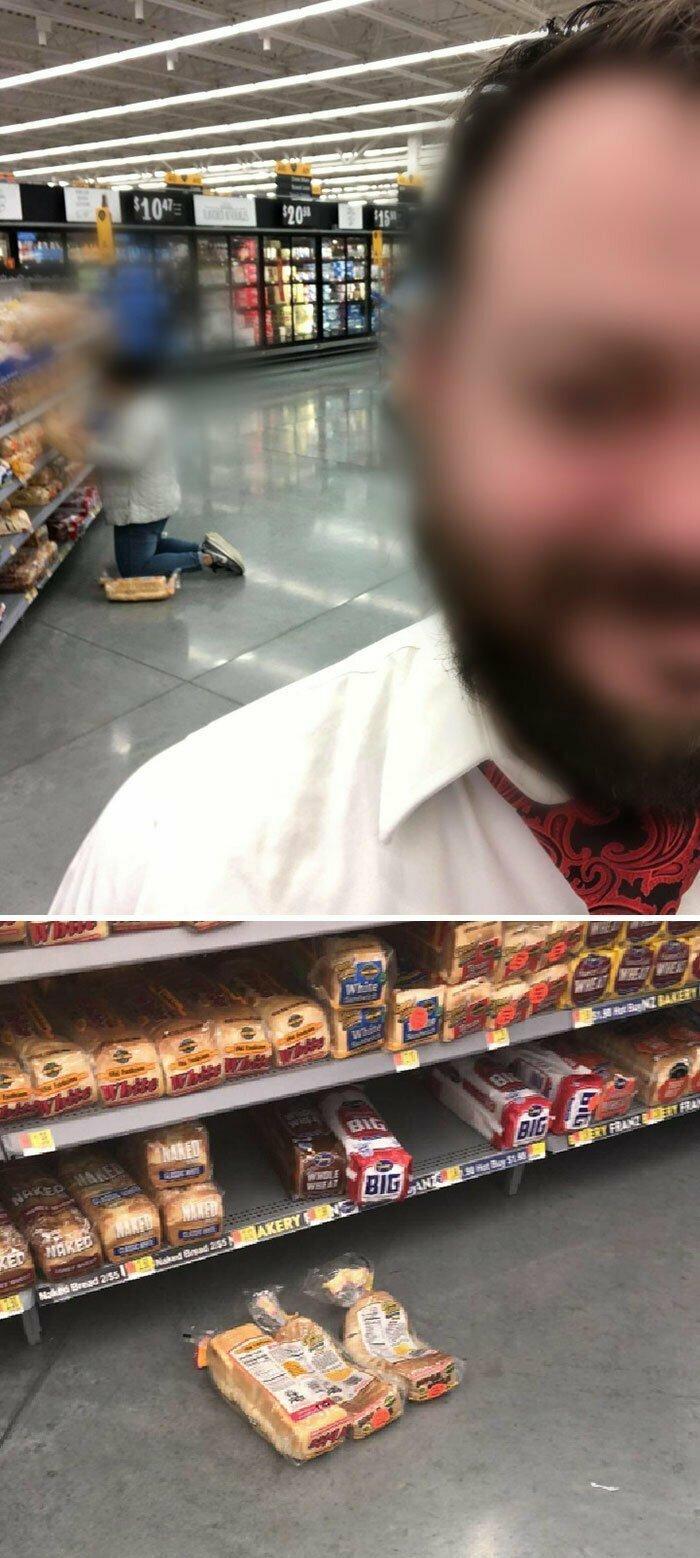 Женщина в супермаркете встала коленками на хлеб, чтобы поискать другой хлеб, и оставила его
