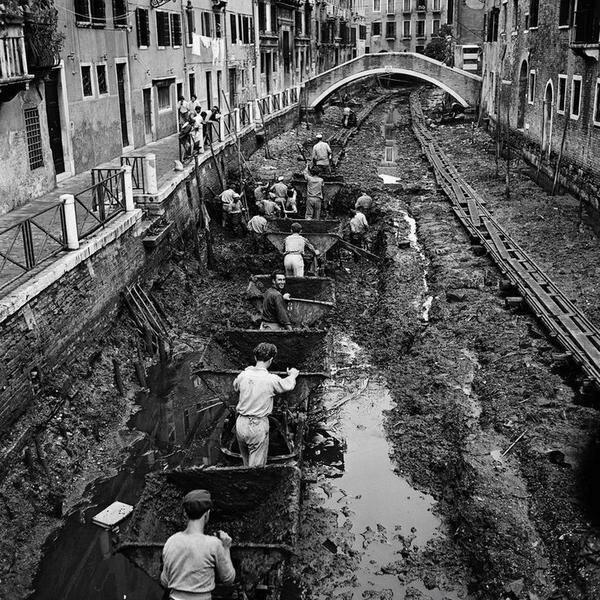 Очистка каналов в Венеции, 1956 г.