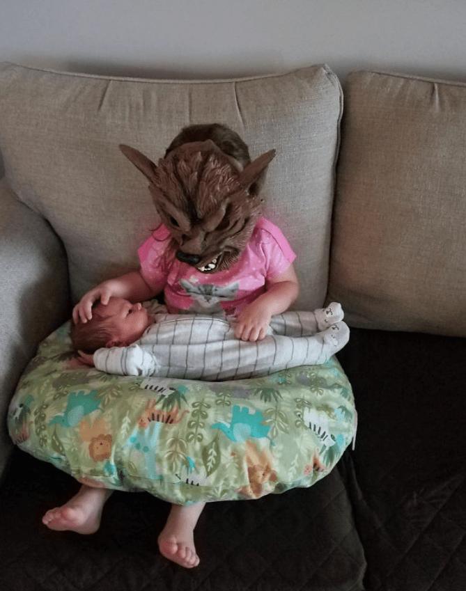 Присматривает за ребенком