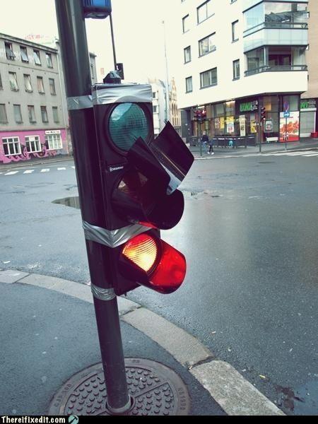 Даже светофор держится лента, починил, прикол, ремонт, рукожоп, скотч, юмор
