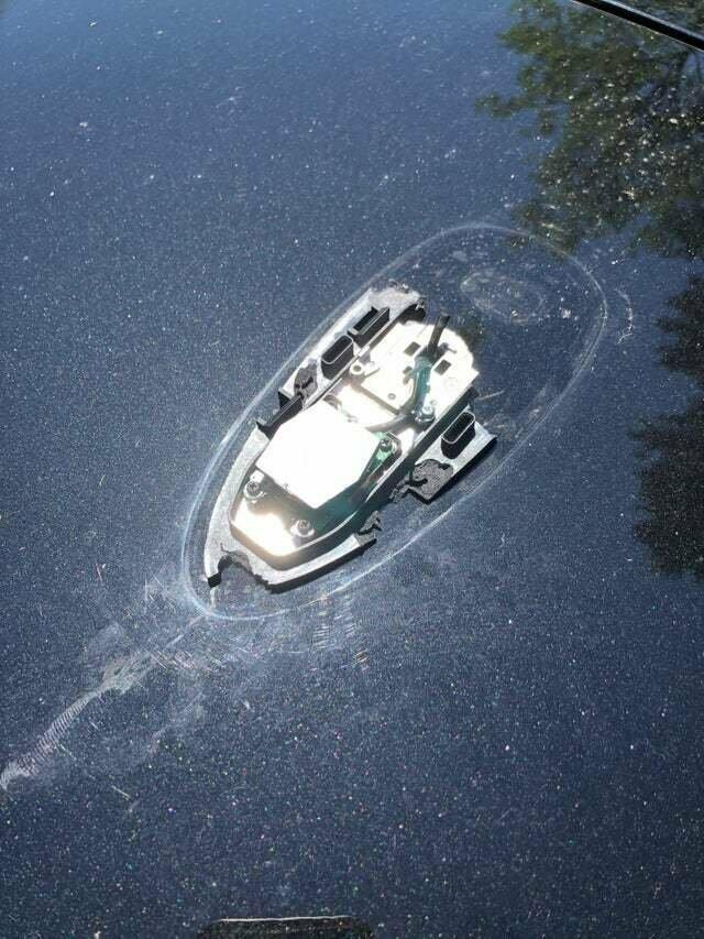 Сломанная антенна на автомобиле похожа на затонувшую лодку