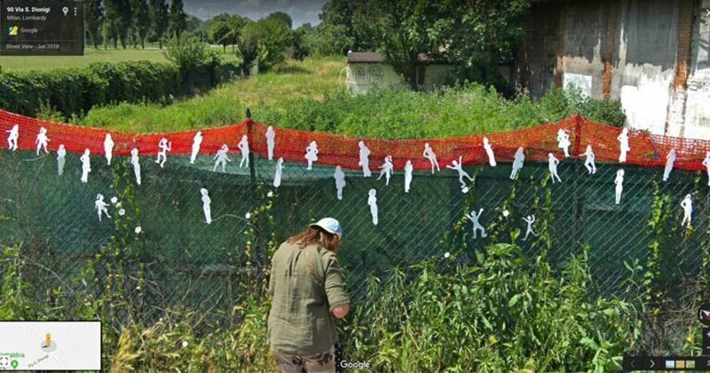 В Италии кто-то развешивает фигурки на забор