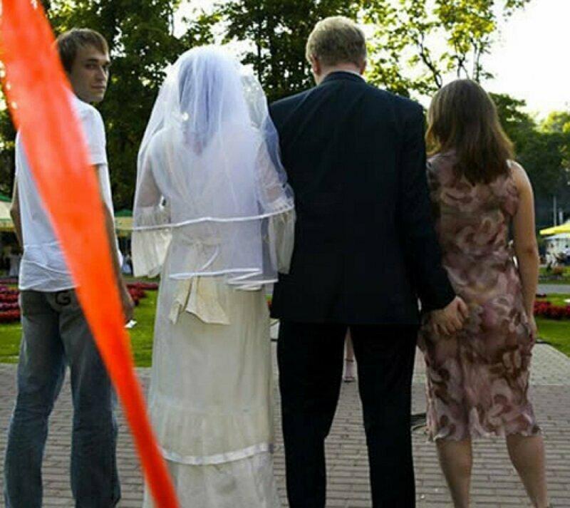 Жених спалился на свадьбе застукали, неудачное фото, прикол, селфи, спалились, фото, юмор