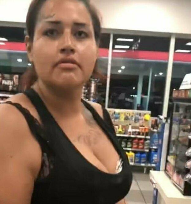 Босая женщина (на кадре) отчаянно пытается понять, почему ее кредитная карта не действует в магазине 7-Eleven в Сан-Антонио, штат Техас
