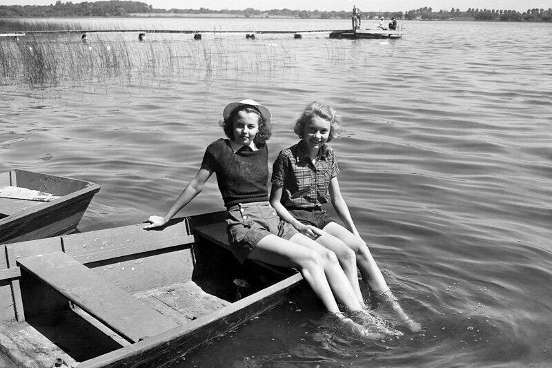 Девушки отдыхают на озере Вайнона в летнем лагере YMCA в Индиане, 1940 г.