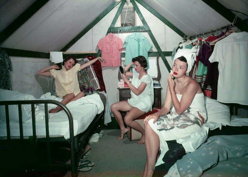 Ученицы колледжа в своей палатке в трудовом лагере Карри. Национальный парк Йосемити, июль 1955 г.