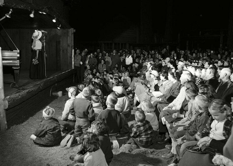 Общее собрание детей, родителей и сотрудников лагеря Карри в национальном парке Йосемити, 1952 г.