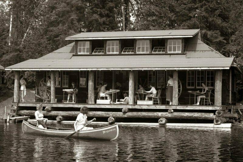 Это лодочная станция и лагерь для отдыха в Онтарио (Канада). Не совсем детский и не совсем в США, но снимок того же времени - примерно 1950 г.