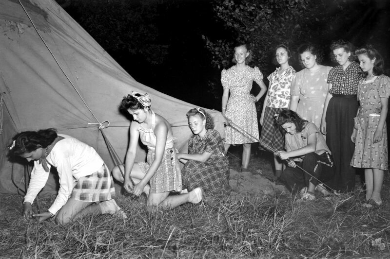 Девочки-подростки устанавливают палатку, 1946 г.