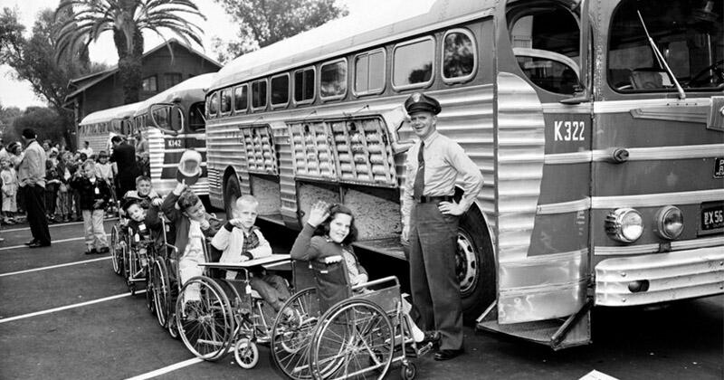 Лос-анджелесские дети в инвалидных колясках готовятся к отъезду в летний лагерь, 11 июля 1955 года
