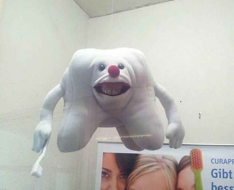 В кабинете стоматолога есть игрушка, которая должна помогать успокаивать маленьких пациентов, но она только пугает всех