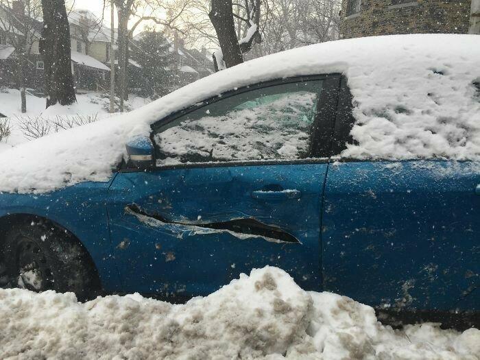 """Когда снегоуборщик """"слегка задел"""" ваш автомобиль"""