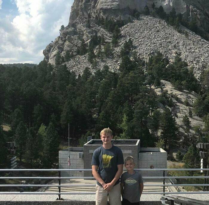 """""""Мы ехали 9 часов, чтобы запечатлеться на фоне памятника на горе Рашмор. Вот такое фото моя мама сделала на память о монументе"""""""