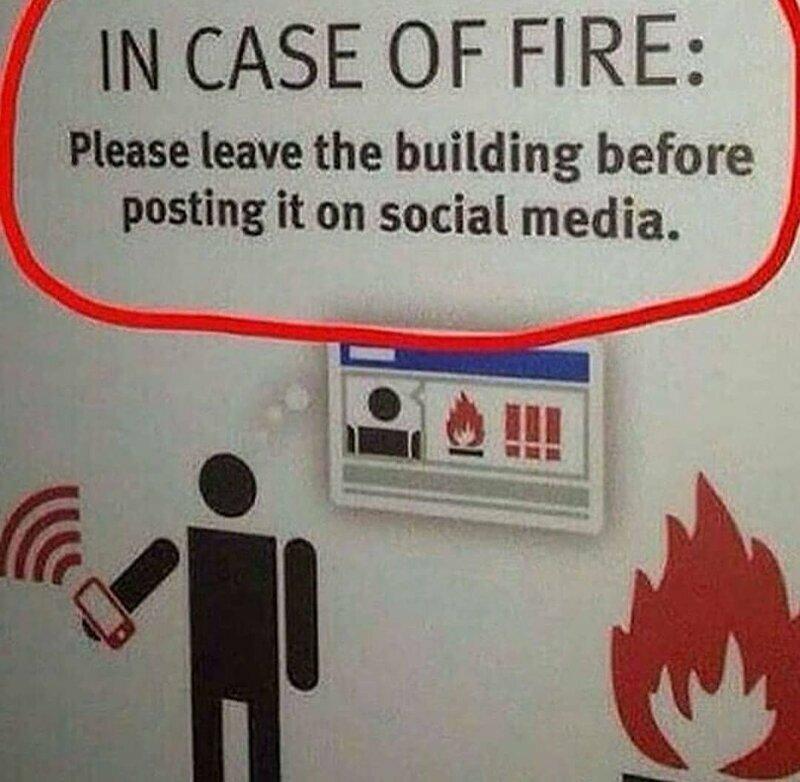Реально полезная надпись для зависимых от соцсетей. Сначала снимают, только затем выбегают из горящего здания, а ведь надо наоборот!