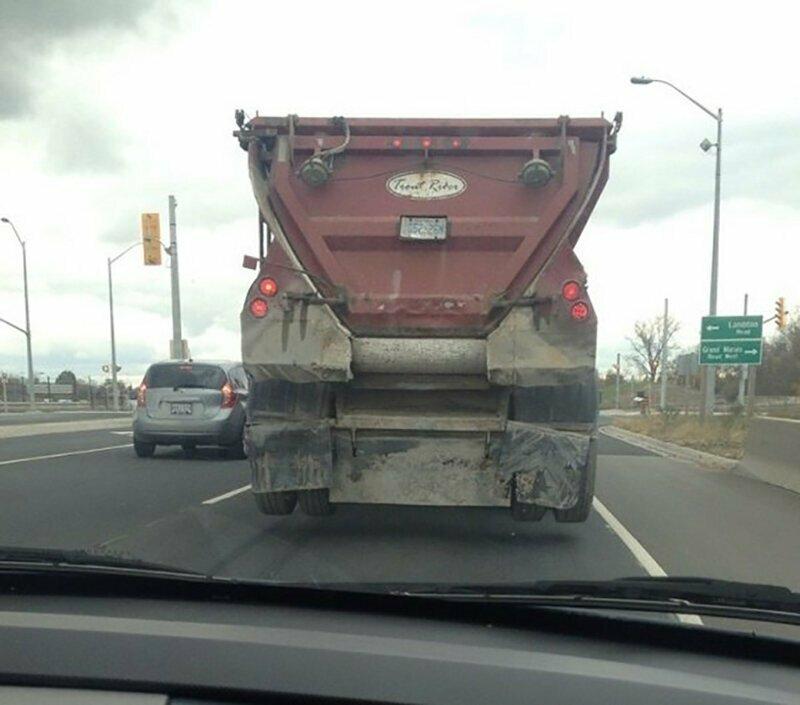 Парящий над дорогой грузовик