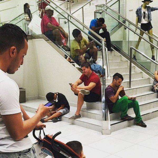 Лестница грустных мужчин мужчины, поход по магазинам, торговый центр, шоппинг, юмор