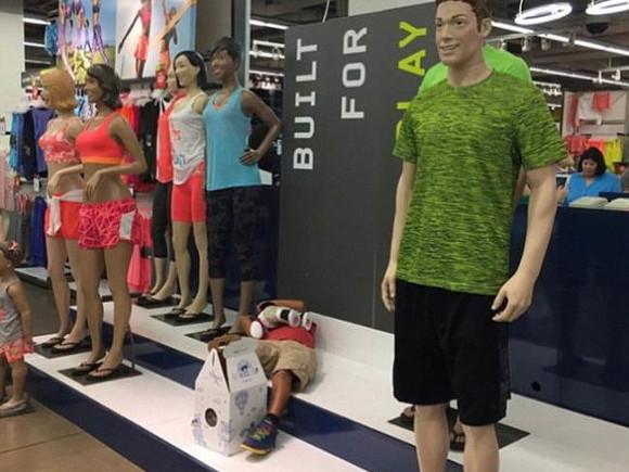 Дети тоже валятся с ног мужчины, поход по магазинам, торговый центр, шоппинг, юмор