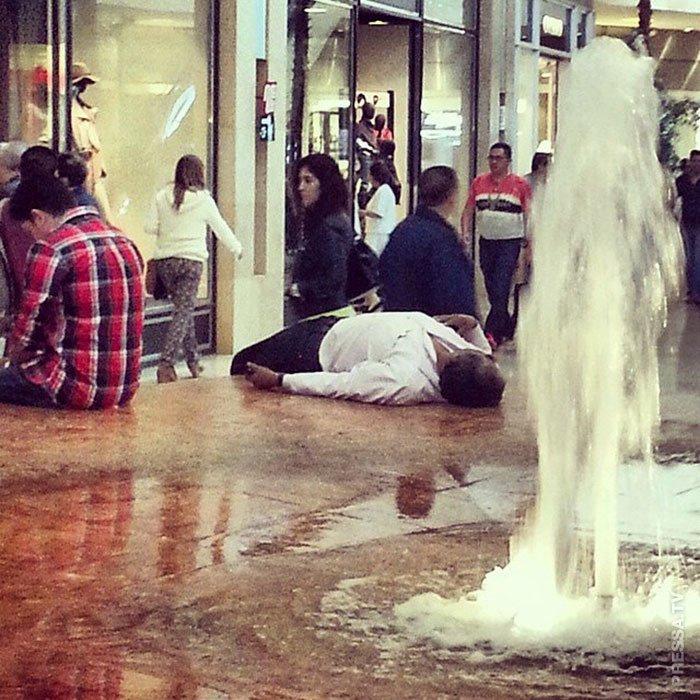 Прикорнул у фонтана мужчины, поход по магазинам, торговый центр, шоппинг, юмор