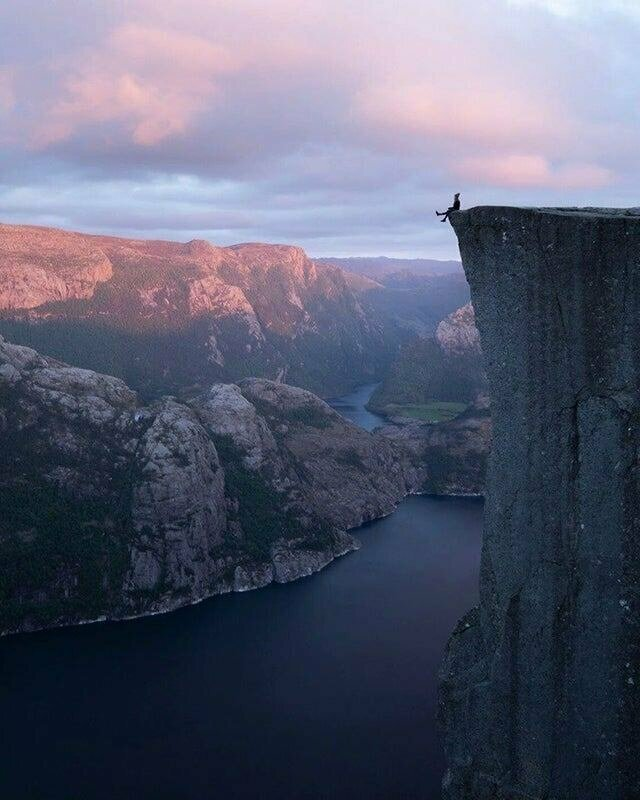 Закат на скале Прекестулен в Норвегии во дают, мурашки по коже, ничего себе, страшно, фото, фотографии, фотофакты, храбрые парни