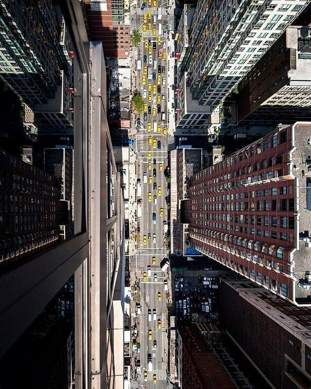 Вид с края крыши нью-йоркского небоскреба