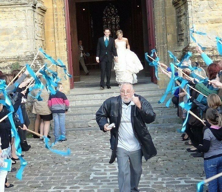 Лучше этой фотобомбы со свадьбы и придумать сложно
