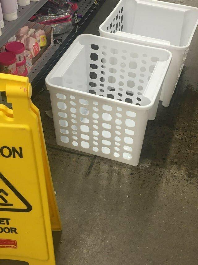 """""""Когда закапало с потолка, продавцы подставили под течь эти корзины"""""""