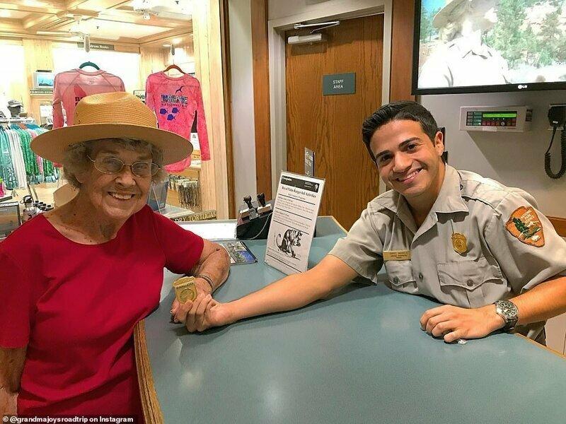 Джой получает юниорский значок рейнджера в национальном парке Эверглейдс, Флорида