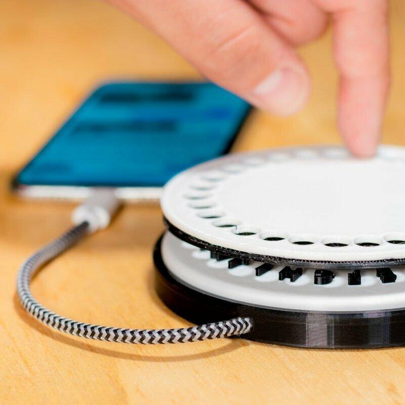Наше новое устройство для смартфона вернет вас в старые добрые времена телефонов с дисковым набором! Подключите девайс к смартфону и начинайте вращать диск, набирая букву за буквой