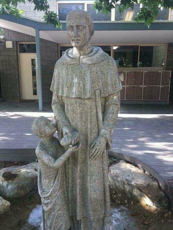 Двусмысленная скульптура в католической школе