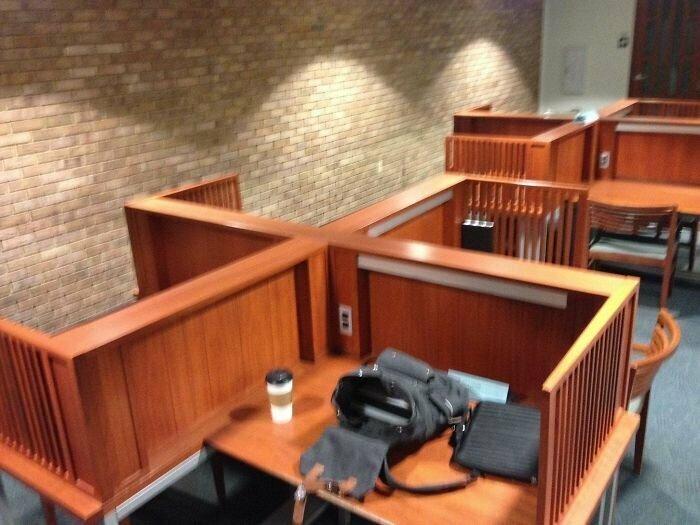 """""""В нашей школьной библиотеке поставили столы для индивидуальной работы. Но с формой не угадали"""""""