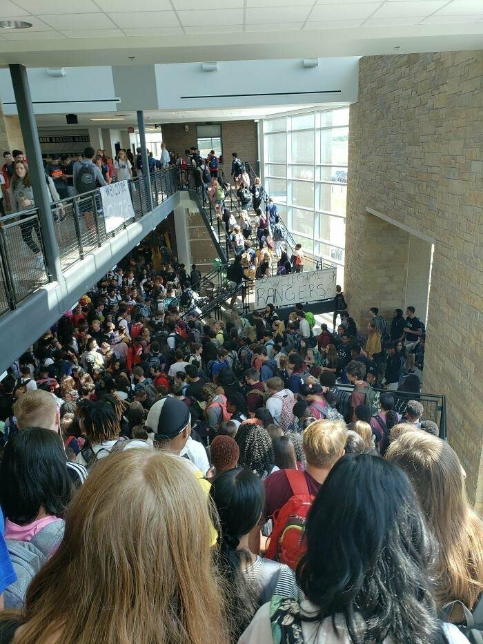 """""""У нас в школе есть место, где пересекаются все коридоры. Получается вот такое столпотворение"""""""