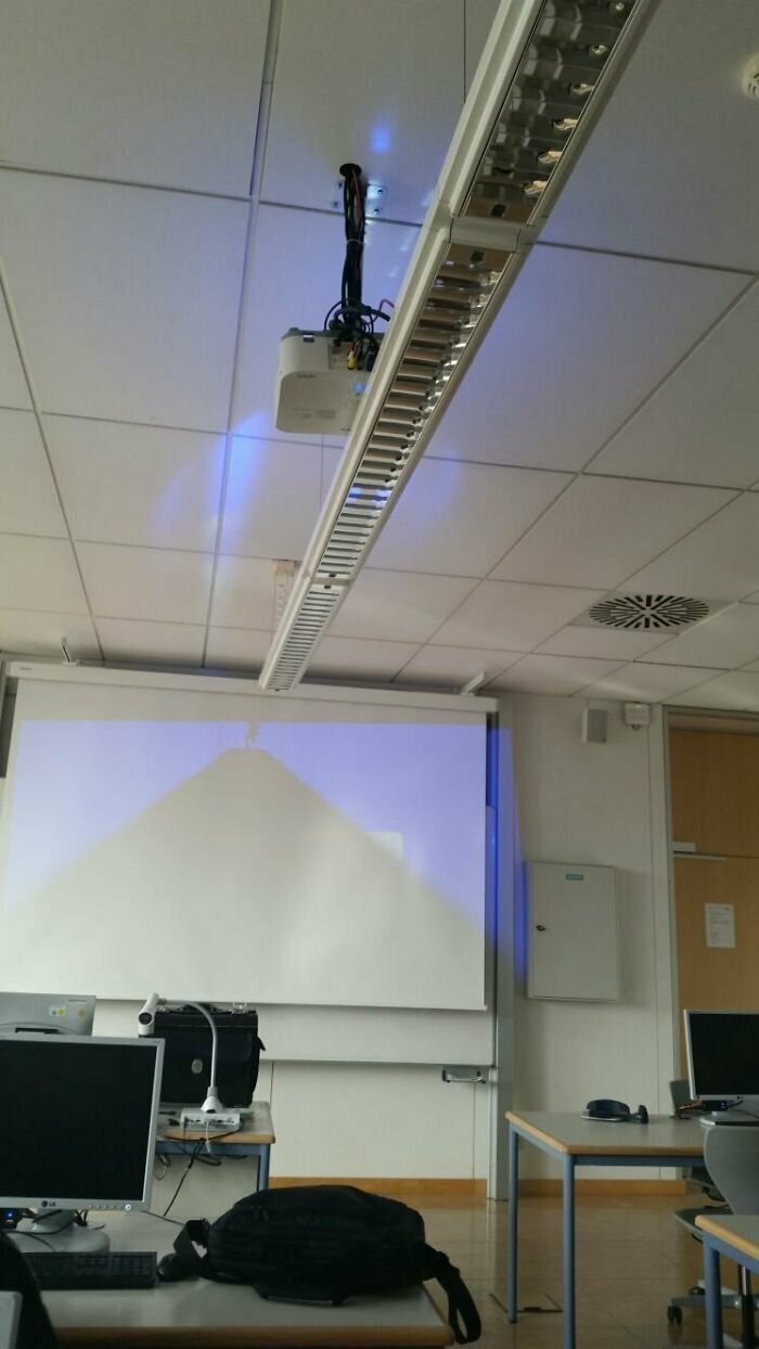 """""""В нашем классе повесили проектор"""""""