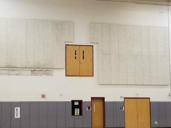 Вход в школьный спортзал. Для прыгунов в высоту?