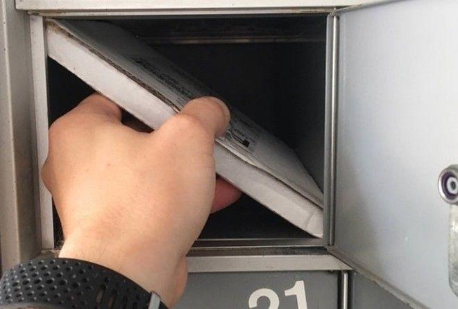 Почтальон засунул