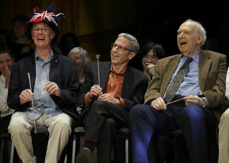 Слева направо: Нобелевские лауреаты Рич Робертс (Медицина, 1993 г.), Эрик Маскин (Экономика, 2007 г.) и Джером Фридман (Физика, 1990 г.) смеются во время 29-й ежегодной церемонии награждения