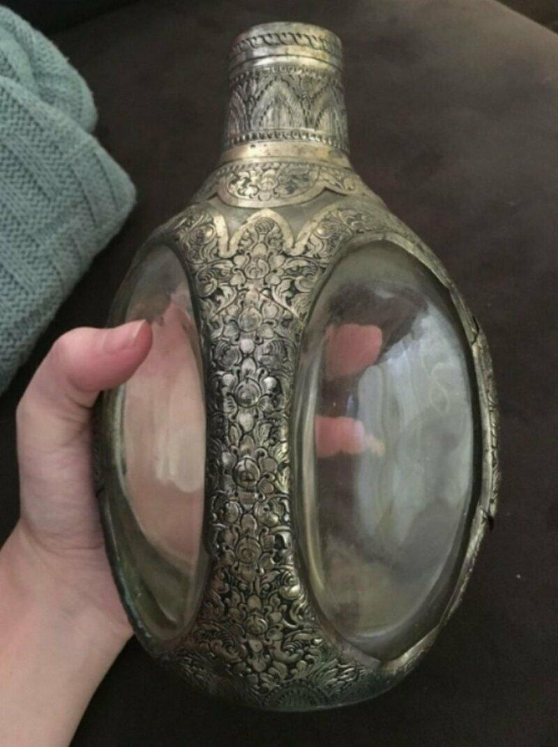 Что это за бутылка из стекла и серебра? Открыть ее не получается...