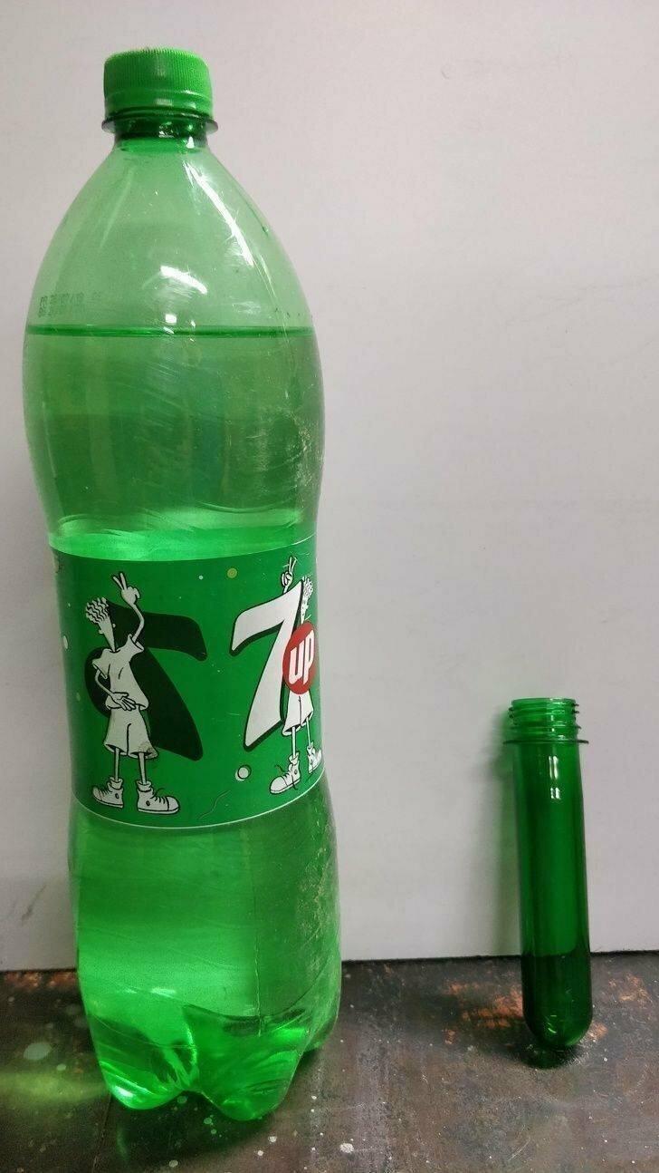 Готовая бутылка объемом 2 литра слева и заготовка, которая скоро станет такой же — справа