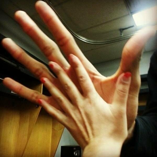 Рука репортёра по сравнению с рукой баскетболиста НБА