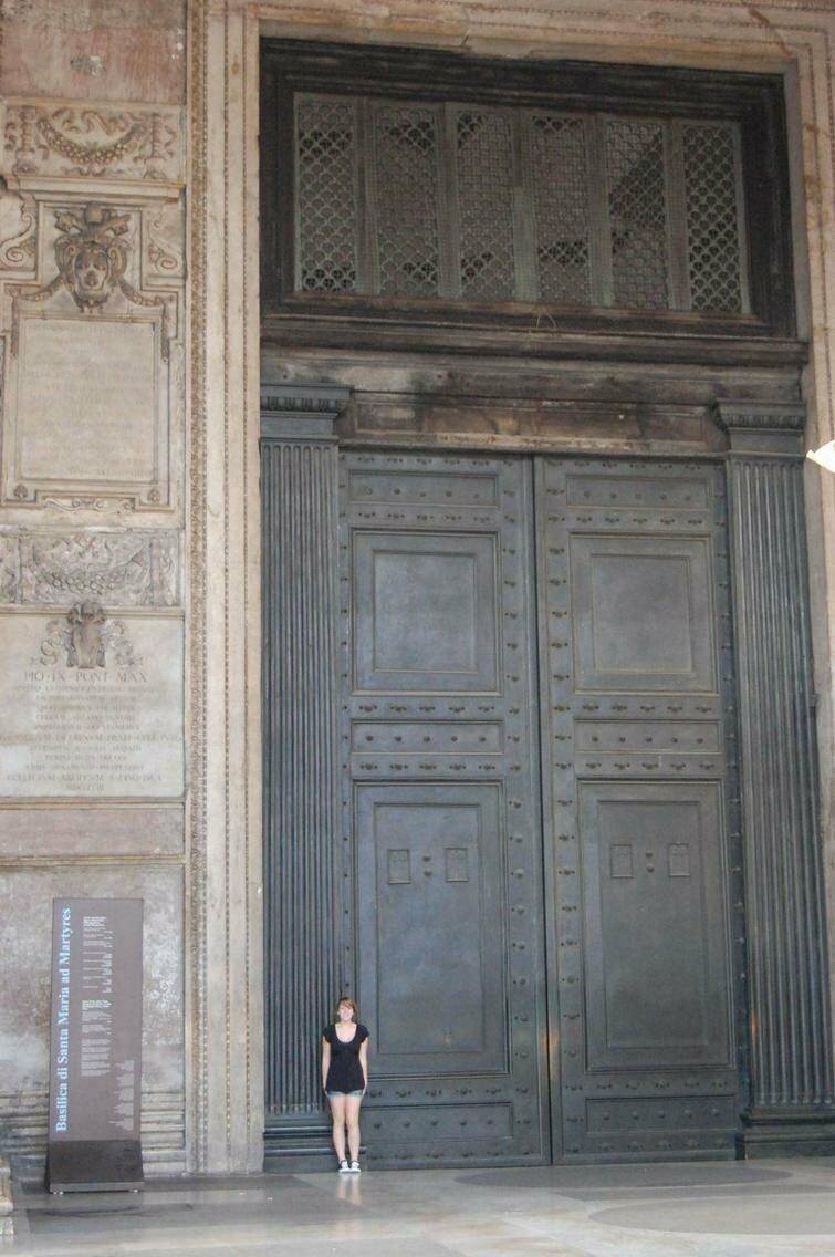 Эта дверь
