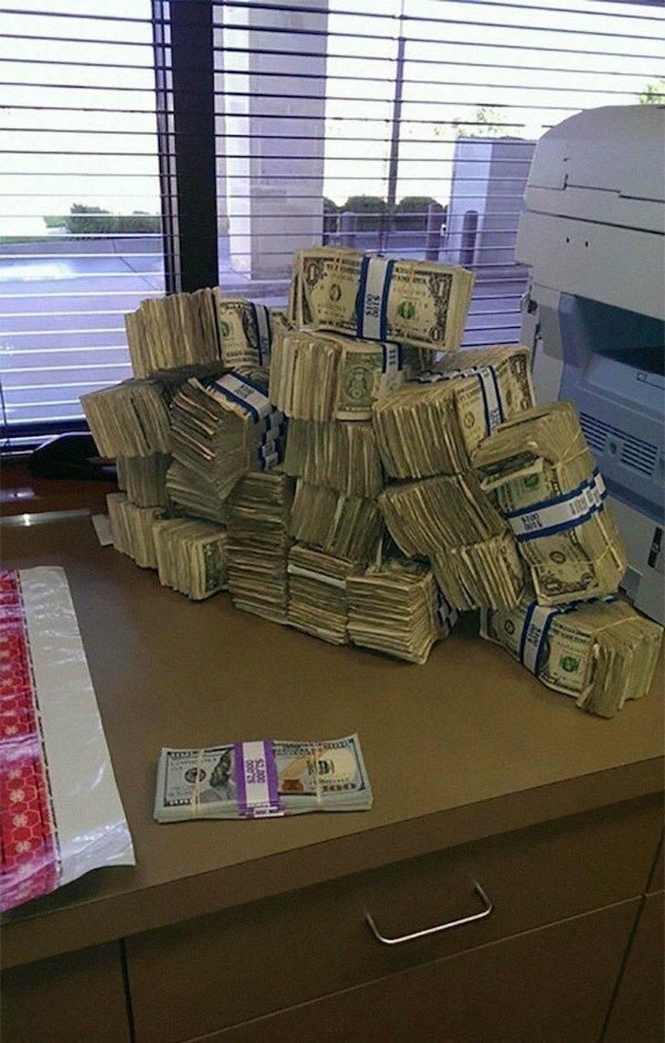 10 000 долларов сотнями и по одному доллару