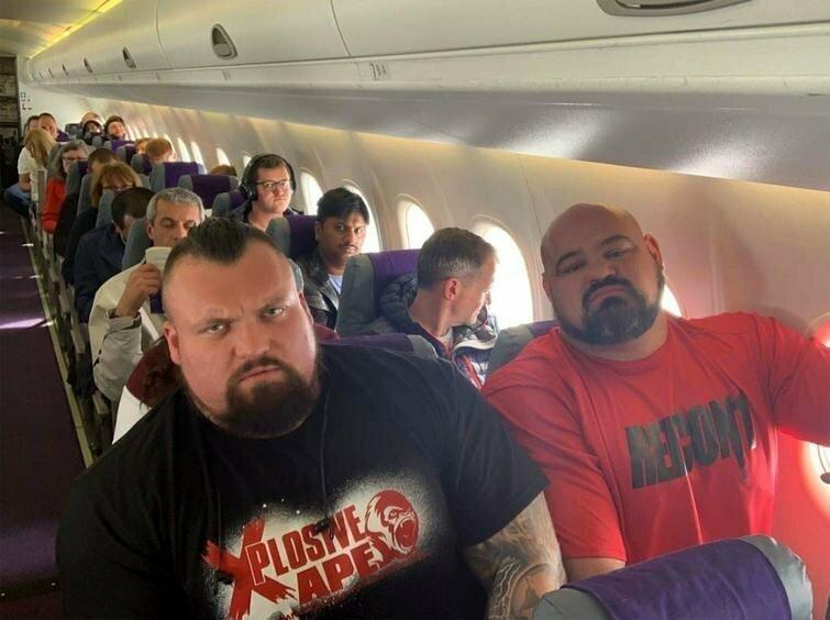 Два самых сильных человека в мире, Брайан Шоу и Эдди Холл, сидят рядом друг с другом в самолёте