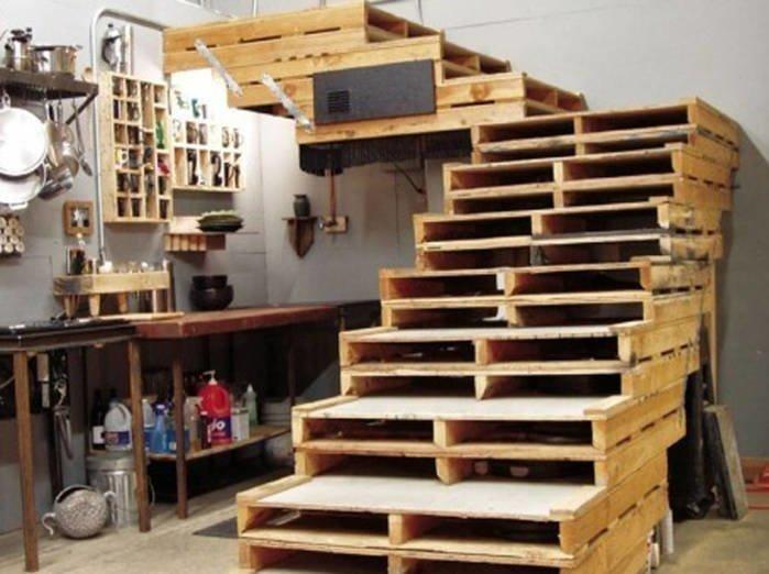 14. Даже лестницу соорудить можно. А один мужчина собрал целый сарай из поддонов