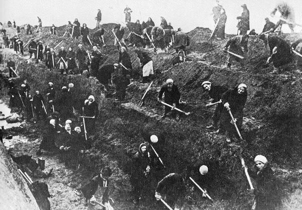 20. Женщины готовятся и копают противотанковые рвы вокруг Москвы, 1941 год