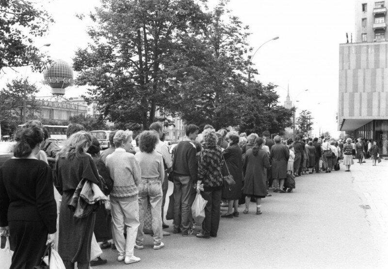 9. Очередь в Москве за впервыми привезенными батончиками Марс-Сникерс-Баунти, 1990 год