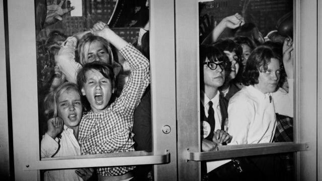 """11. Фанатки в ожидании концерта группы """"Beatles"""", 14 сентября 1964 год"""