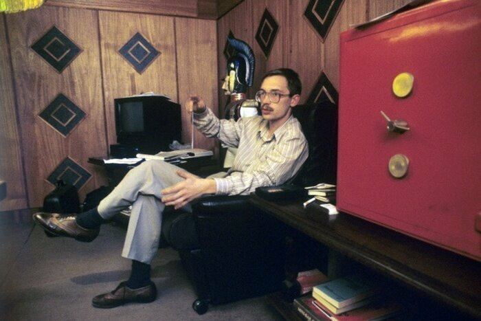 8. Герман Стерлигов в рабочем кабинете в 1992 году
