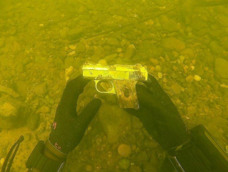 Оружие Джейк передает в местные полицейские участки