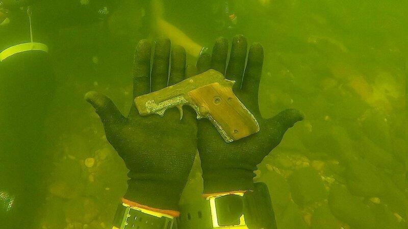 Занятный улов: дайвер хвастается своими подводными находками