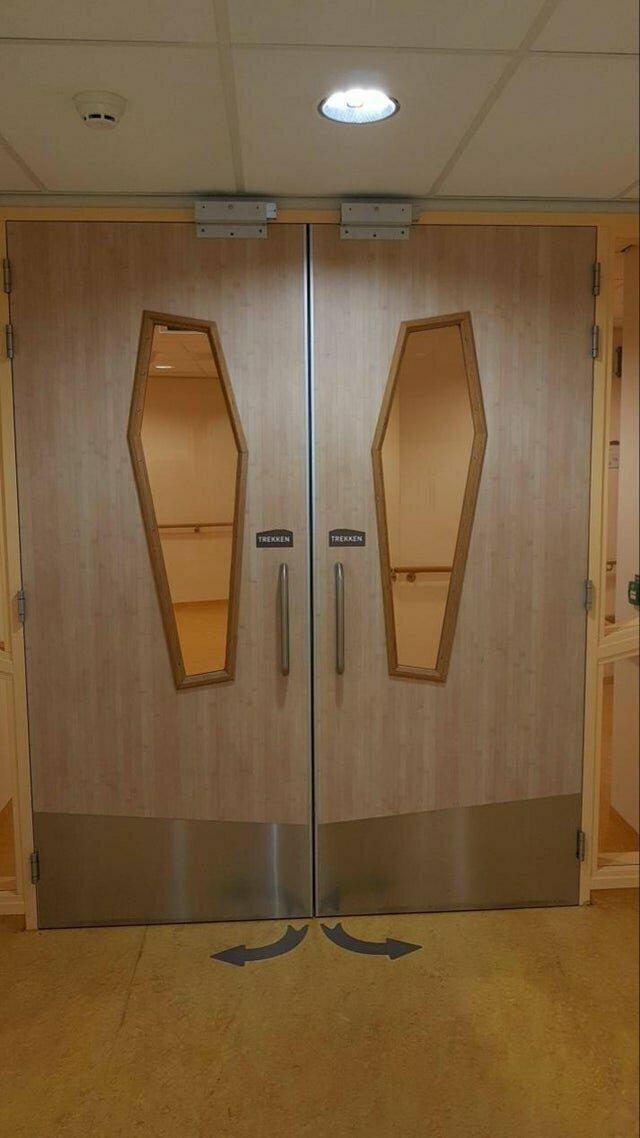 2. Двери в форме гроба в больнице. Намек что ли?