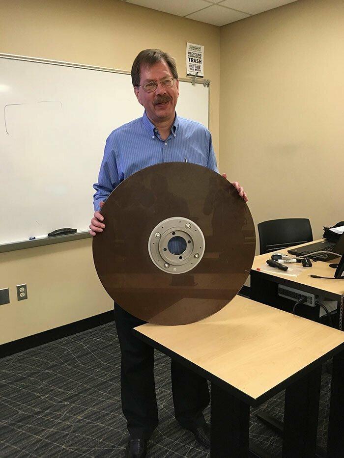 """27. """"Мой преподаватель однажды принес на урок жесткий диск на 10 Мб из 1960-х годов"""""""